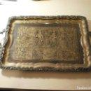 Antigüedades: ANTIGUA BANDEJA DE METAL CON ASAS Y GRABADOS DE ESCENAS DEL ANTIGUO EGIPTO. Lote 150568750