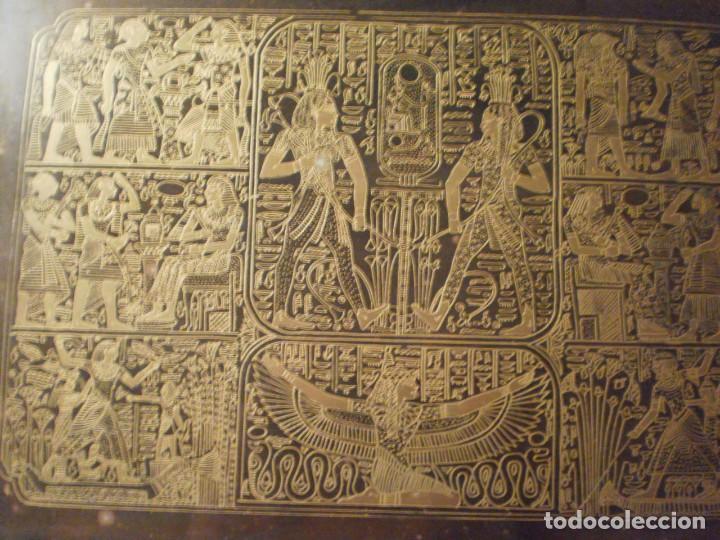Antigüedades: Antigua bandeja de metal con asas y grabados de escenas del antiguo egipto - Foto 2 - 150568750