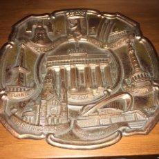 Antigüedades: PLATO METAL DECORACIÓN BERLÍN. Lote 150609978