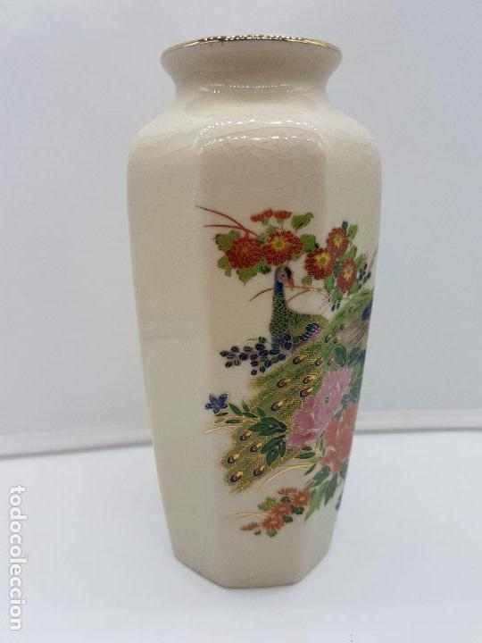 Antigüedades: Bonito jarrón antiguo japonés en porcelana craquelada satsuma con pavo real y flores. - Foto 2 - 150610482