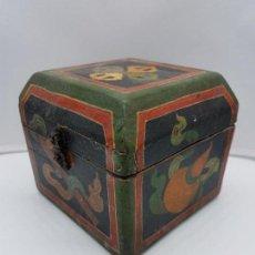 Antigüedades: PRECIOSA CAJA INDIA PARA ARTÍCULOS DEL FUMADOR EN MADERA PINTADA A MANO, DIBUJOS EN INTERIOR.. Lote 150612446