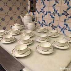 Antigüedades: ANTIGUO JUEGO DE CAFÉ / VAJILLA DE PORCELANA BLANCA CON MOTIVOS DORADOS AÑOS 50. Lote 150623122