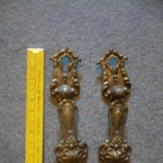 Antigüedades: TIRADORES CON BOCALLAVE DE PUERTAS DE ALACENA. Lote 150638174