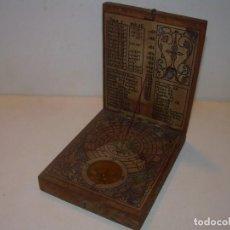 Antigüedades: RELOJ DE SOL CAJA DE MADERA CON BRUJULA Y PLOMADA.. Lote 150638178
