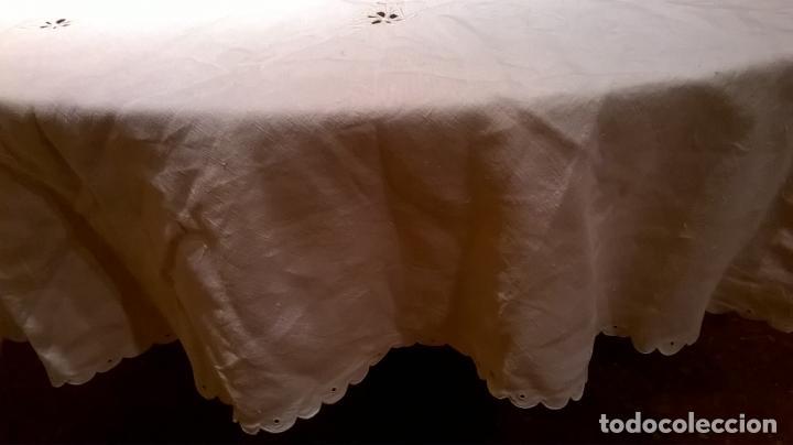Antigüedades: Mantel de hilo ,con ocho servilletas. Ovalado.Medida 200x220 cm. - Foto 10 - 150668882