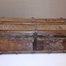 Antigüedades: EXTRAORDINARIA CAJA DE MADERA FORRADA EN PIEL FINALES DEL XVIII PERFECTA ELEMENTOS ORIGINALES. Lote 150695094