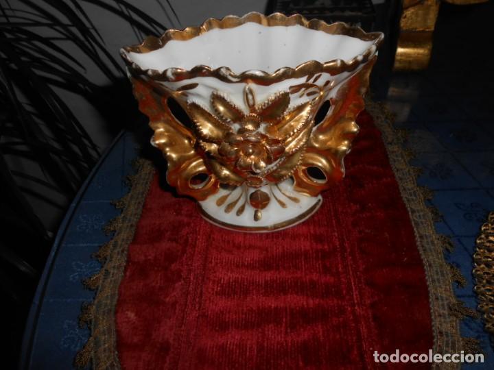 JARRON ANTIGUO ISABELINO CON DETALLES EN RELIEVE PINTADOS EN ORO DE 24 KILATES (Antigüedades - Porcelanas y Cerámicas - Otras)
