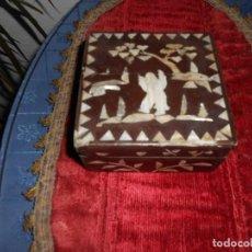 Antigüedades: CAJA ANTIGUA PAPIER MACHE CON DIBUJOS EN NACAR HISPANO FILIPINA. Lote 150748470