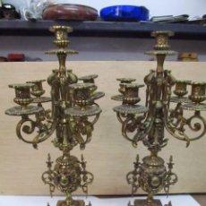 Antigüedades: PAREJA DE CANDELABROS PORTAVELAS DE BRONCE - MEDIDA 45 X 15 CM.. Lote 150751182