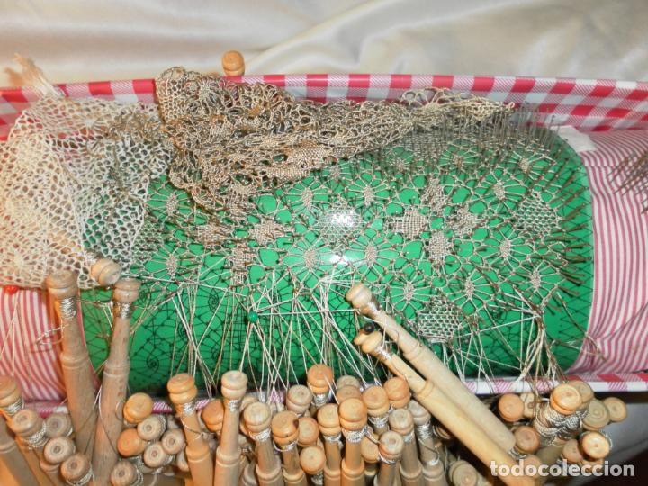 Antigüedades: MUNDILLO PARA PUNTILLAS DE BOLILLOS.BOLILLERO. MEDIDAS 50X16X16CM. - Foto 3 - 150823890