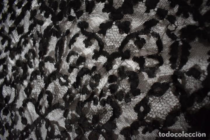 Antigüedades: Maravillosa y enorme mantilla terno Isabelina blonda tipo encaje de Almagro - Foto 7 - 150837566