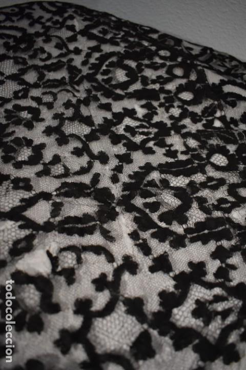 Antigüedades: Maravillosa y enorme mantilla terno Isabelina blonda tipo encaje de Almagro - Foto 9 - 150837566