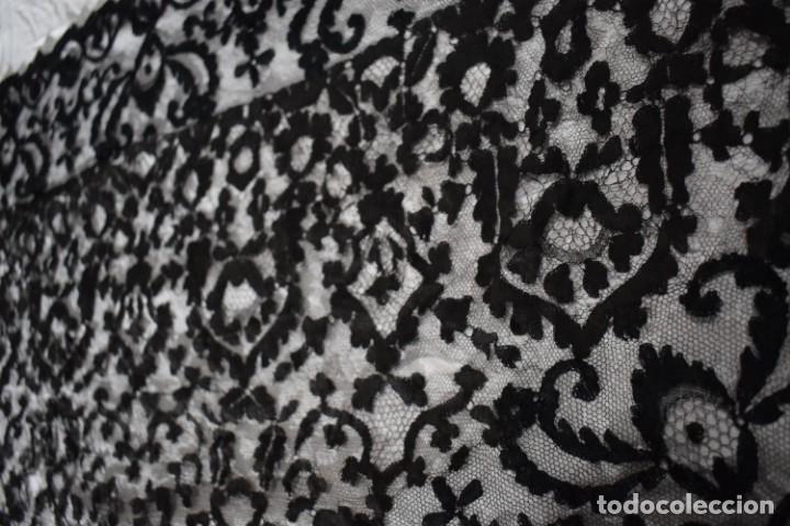 Antigüedades: Maravillosa y enorme mantilla terno Isabelina blonda tipo encaje de Almagro - Foto 10 - 150837566