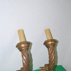 Antigüedades: PAREJA DE APLIQUES DE MADERA TALLADA Y DORADA - LÁMPARA - PP. SIGLO XX. Lote 150842546
