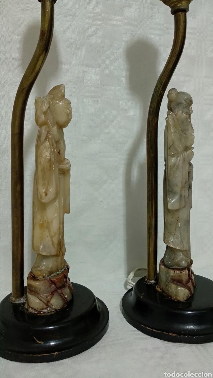 Antigüedades: Antiguas lámparas de bronce con figuras de chino y china de jade y base de madera sXIX - Foto 4 - 150848145