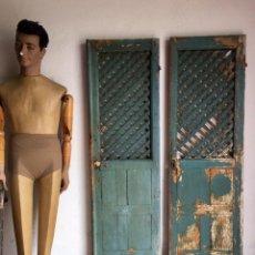 Antigüedades: PUERTAS ANTIGUAS DE ALACENA EN MADERA CON REJILLA - RESTOS DE PINTURA AZUL ORIGINAL. Lote 150877993