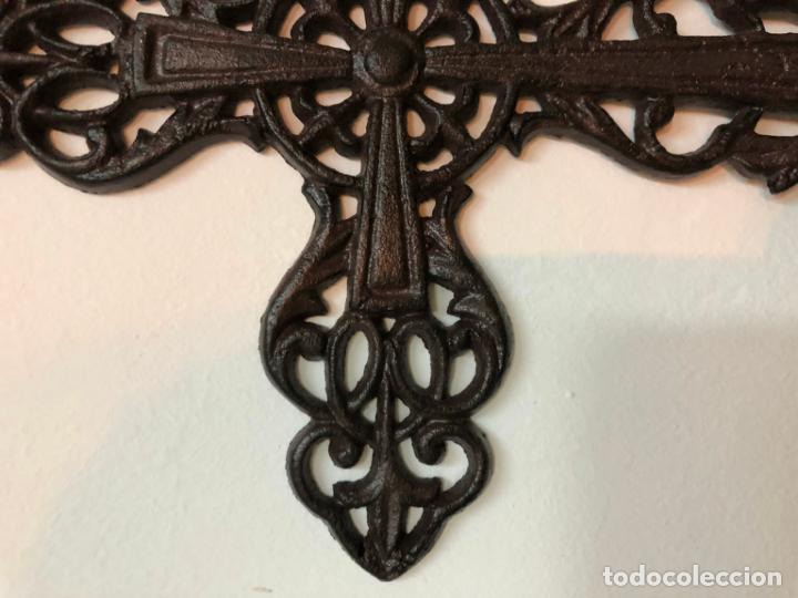 Antigüedades: PRECIOSA CRUZ REALIZADA EN FORJA - MEDIDA 34X22 CM - RELIGIOSO - CAPILLA - Foto 3 - 150901550