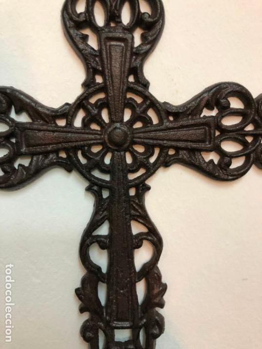 Antigüedades: PRECIOSA CRUZ REALIZADA EN FORJA - MEDIDA 34X22 CM - RELIGIOSO - CAPILLA - Foto 4 - 150901550