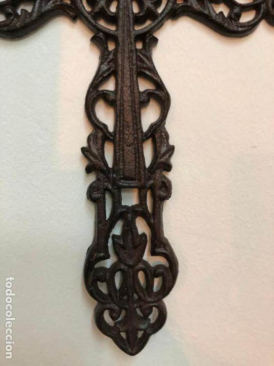 Antigüedades: PRECIOSA CRUZ REALIZADA EN FORJA - MEDIDA 34X22 CM - RELIGIOSO - CAPILLA - Foto 5 - 150901550