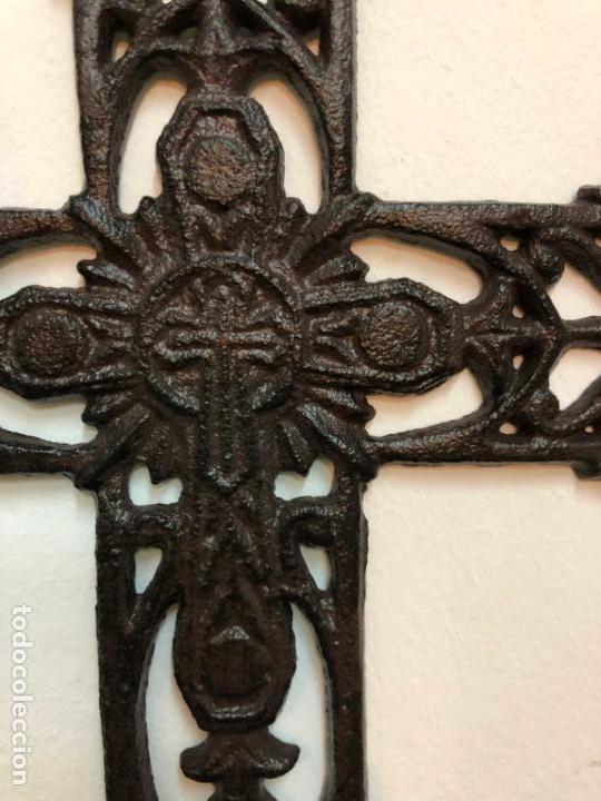 Antigüedades: PRECIOSA CRUZ REALIZADA DE FORJA - MEDIDA 33X25 CM - RELIGIOSO - CAPILLA - Foto 4 - 150902526