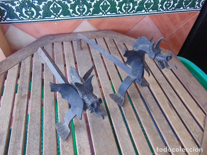 PAREJA DE MORILLOS EN HIERRO FORJA CON CABEZA DE DRAGONES PARTES SOLDADAS (Antigüedades - Técnicas - Rústicas - Utensilios del Hogar)