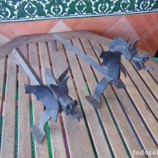 Antigüedades: PAREJA DE MORILLOS EN HIERRO FORJA CON CABEZA DE DRAGONES PARTES SOLDADAS. Lote 150948254