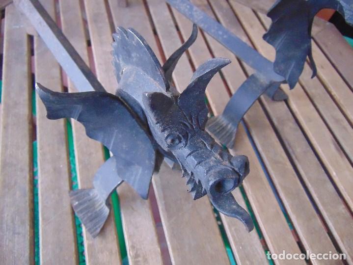 Antigüedades: PAREJA DE MORILLOS EN HIERRO FORJA CON CABEZA DE DRAGONES PARTES SOLDADAS - Foto 2 - 150948254