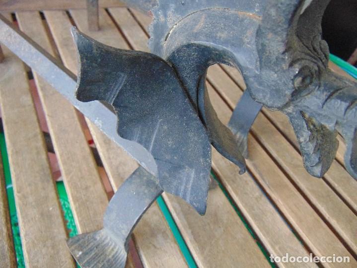 Antigüedades: PAREJA DE MORILLOS EN HIERRO FORJA CON CABEZA DE DRAGONES PARTES SOLDADAS - Foto 3 - 150948254
