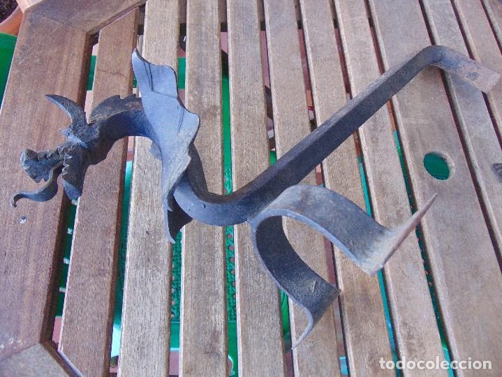 Antigüedades: PAREJA DE MORILLOS EN HIERRO FORJA CON CABEZA DE DRAGONES PARTES SOLDADAS - Foto 9 - 150948254