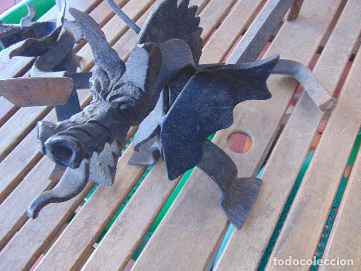 Antigüedades: PAREJA DE MORILLOS EN HIERRO FORJA CON CABEZA DE DRAGONES PARTES SOLDADAS - Foto 12 - 150948254