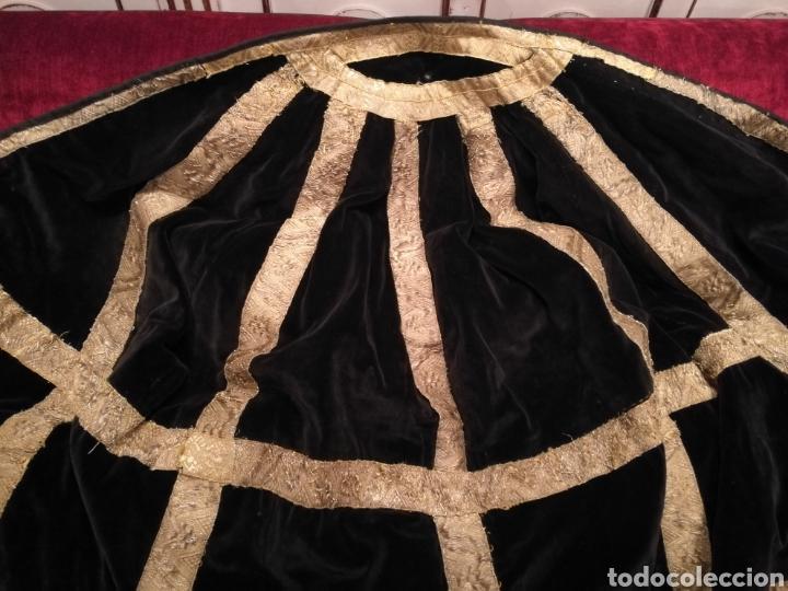 Antigüedades: MANTO ANTIGUO EN TERCIOPELO NEGRO VIRGEN SANTO CAPILLA CON PASAMANERIA - Foto 3 - 150962625