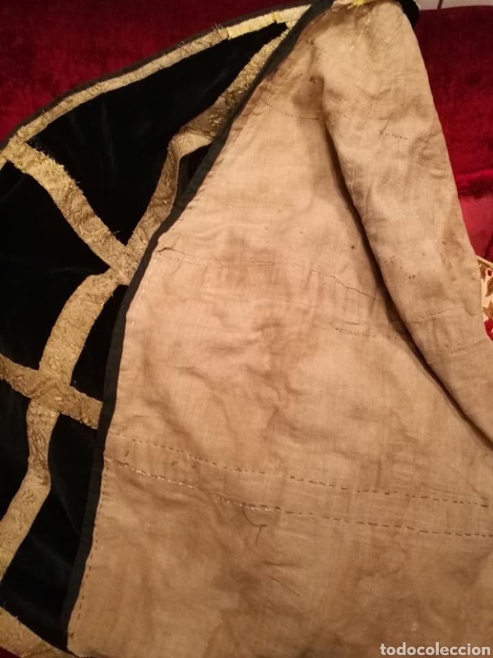 Antigüedades: MANTO ANTIGUO EN TERCIOPELO NEGRO VIRGEN SANTO CAPILLA CON PASAMANERIA - Foto 4 - 150962625
