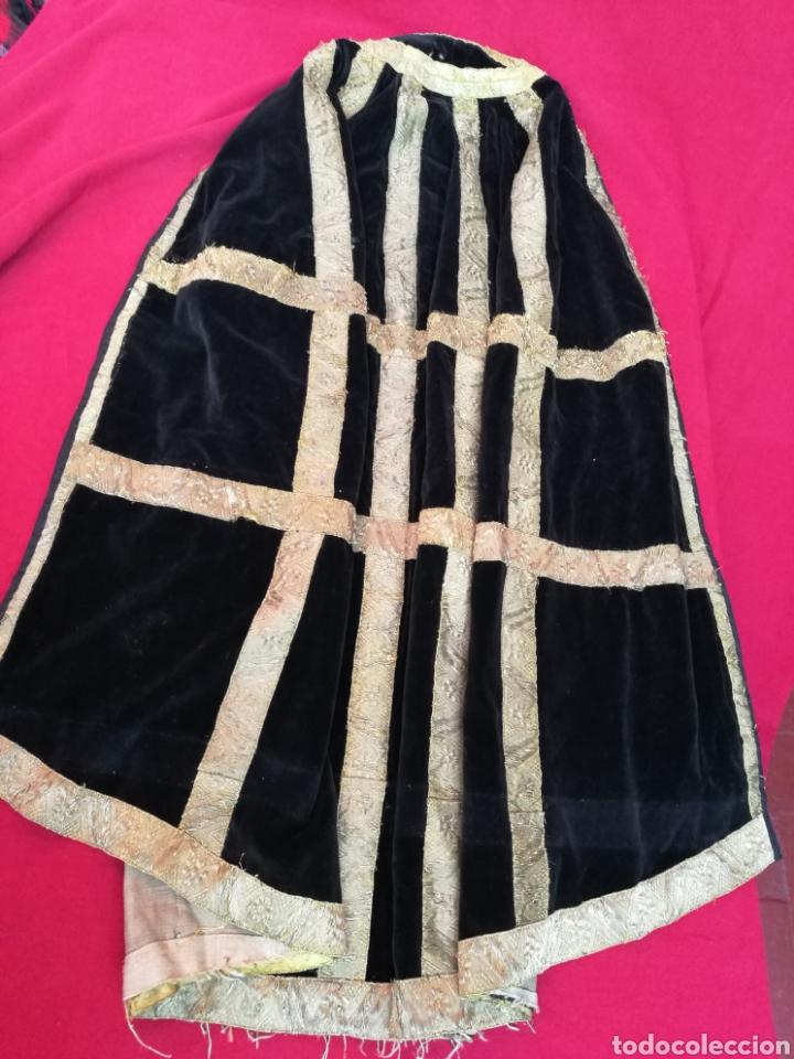 Antigüedades: MANTO ANTIGUO EN TERCIOPELO NEGRO VIRGEN SANTO CAPILLA CON PASAMANERIA - Foto 10 - 150962625