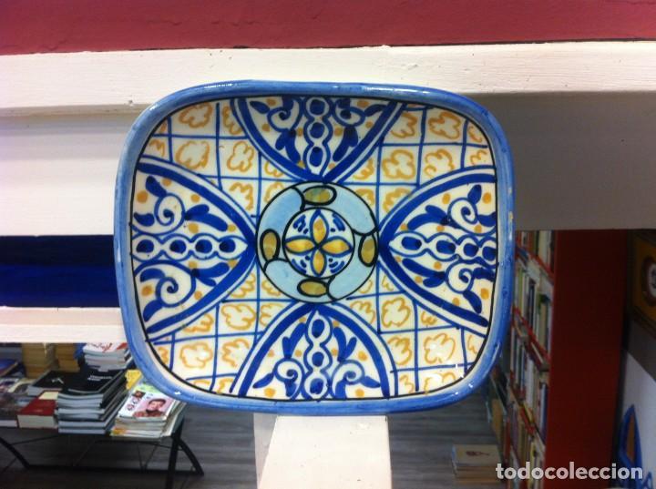 BANDEJA DE PORCELANA ESMALTADA. MEDIDAS: 20 X 17 X 3,5CM (Antigüedades - Porcelanas y Cerámicas - Otras)