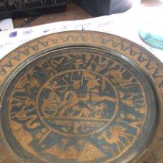 Antigüedades: PLATO DECORATIVO BRONCE, EGIPCIO. Lote 151078296