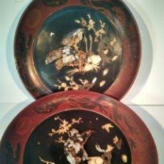 Antigüedades: GRAND PLATOS LACADOS CHINOS DECORADOS CON MARFIL Y NÁCAR 46CM. Lote 151151697