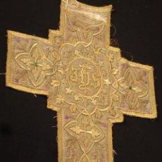 Antigüedades: GRAN CRUZ BORDADA EN HILO DE ORO. MEDIDAS DE 101 X 53 CM. SIGLO XIX.. Lote 151165986