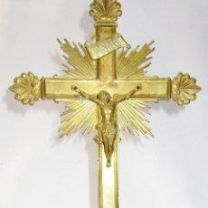 Antigüedades: CRUZ CRUCIFIJO DE ALTAR DE IGLESIA CIRCA 1920 EN BRONCE MACIZO. Lote 151189102