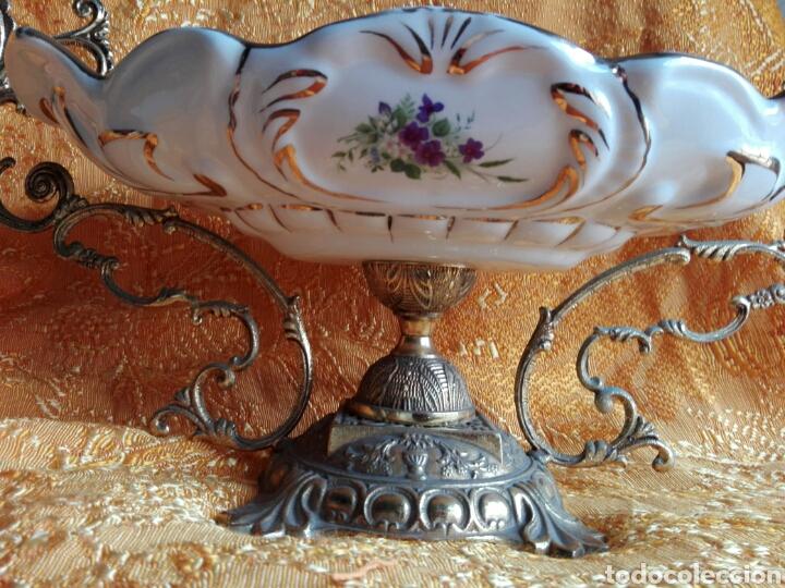 Antigüedades: Gran centro de mesa bronce y porcelana pintada preciosas flores lilas decoración shabby chic 54 CM - Foto 4 - 151193084