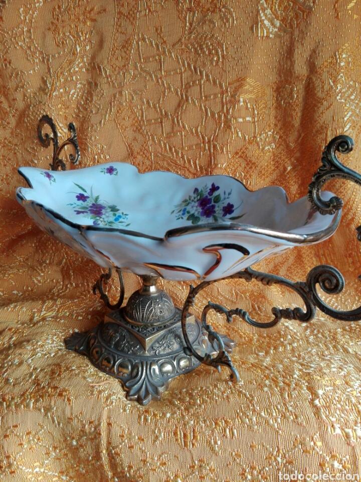 Antigüedades: Gran centro de mesa bronce y porcelana pintada preciosas flores lilas decoración shabby chic 54 CM - Foto 5 - 151193084