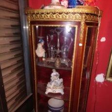 Antigüedades: VITRINA ISABELINA EN MADERA DE CAOBA Y APLICACIONES EN BRONCE DORADO SIGLO. XIX. Lote 151237329