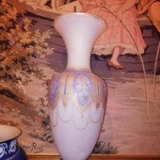 Antigüedades: JARRÓN EN OPALINA BLANCA CON DECORACIONES EN DORADO RELIEVE Y PIE DE PLATA. Lote 151240861