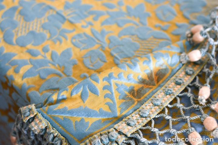 Antiquitäten: Colcha antigua en algodón y seda bordada color oro y turquesa rematada con bolas - Cama de 150 - Foto 3 - 151253113