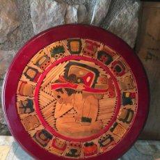 Antigüedades: ANTIGUO SALVAMANTELES DE MADERA TALLADA DE ESTILO AZTECA CON DIFERENTES MADERAS AÑOS 80. Lote 151333126