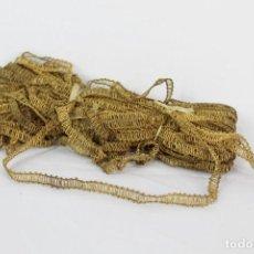 Antigüedades: 11A GRAN PLIEGO DE CINTA DE HILOS DE ORO METÁLICOS S XIX UNOS 15 METROS. Lote 151358434