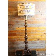 Antigüedades: ANTIGUA LÁMPARA DE MADERA TALLADA. Lote 151385830