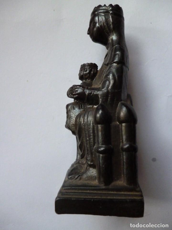 Antigüedades: Estatuilla de la virgen negra de montserrat con el niño jesus y el globo mundo. - Foto 4 - 151395286