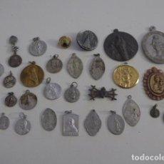Antigüedades: LOTE DE 29 ANTIGUAS MEDALLAS RELIGIOSAS, VARIEDAD. MEDALLITAS Y UN SAGRADO CORAZON. Lote 151457262