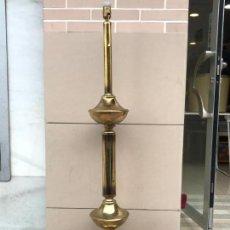 Antigüedades: ANTIGUA (AÑOS 60 RETRO VINTAGE) Y BONITA LAMPARA DE PIE DE LATON.BRONCE, COMPLETA Y FUNCIONANDO. Lote 151501250