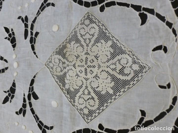 Antigüedades: ANTIGUO MANTEL DE SACRISTÍA - ENCAJE DE RICHELIEU SOBRE LINO S. XIX - Foto 4 - 151510962